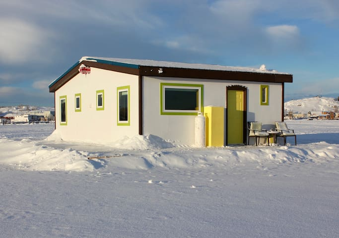Mo's Houseboat B&B: Sunrise Suite stand alone room - Yellowknife - Гестхаус