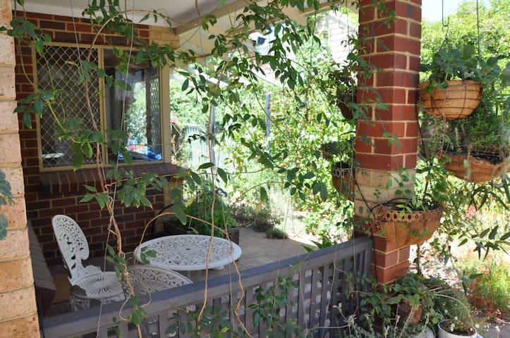Peaceful garden villa - White Gum Valley - Villa