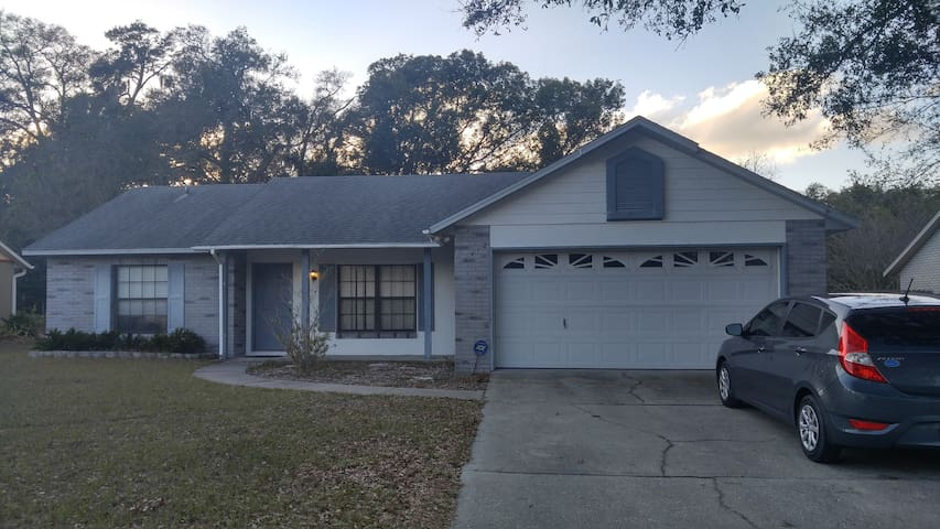 Comfortable, Centrally Located, Private Bathroom! - DeLand - Huis
