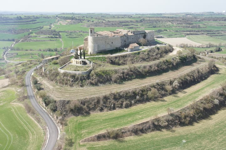 Enjoy the charm  of living in a medieval fortress! - Montfalcó Murallat - Ev