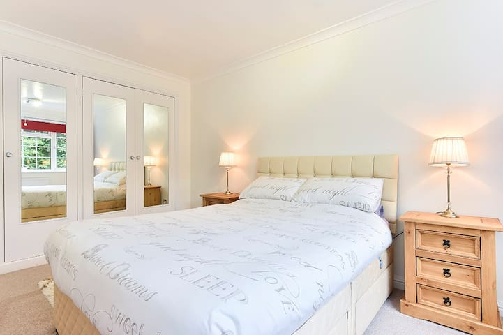 WOKING ENTIRE SPACIOUS FAMILY FLAT - Woking - Appartement