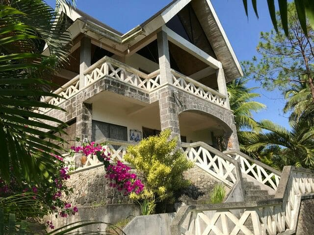 a 2 storey house on an elevated lot - Lemery - Hus