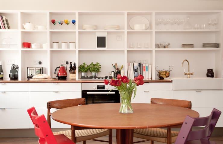 Beautiful modern riverside 4 b/room home 8 people - Sunbury on Thames - Casa