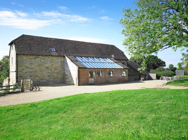 Medieval Barn Conversion close to Ashdown Forest - Heron's Ghyll - Huis