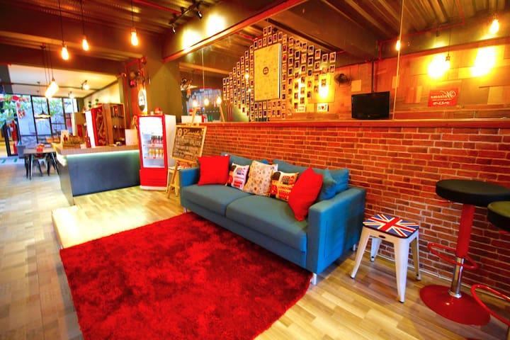 Kamariska Hostel - Surabaya - 家庭式旅館