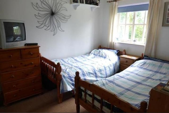 twin bedroom in private house - Elstow