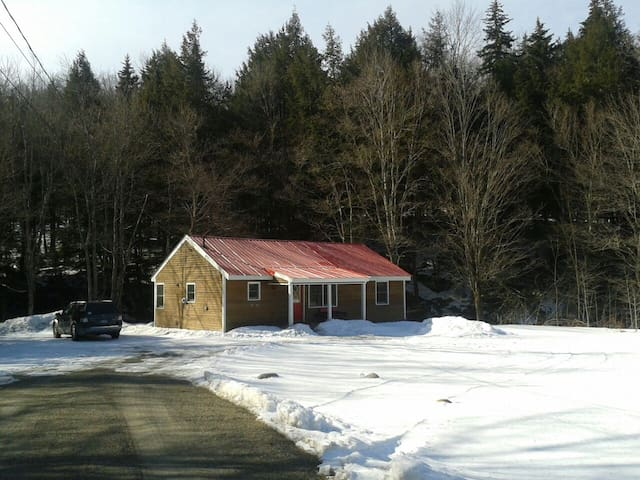 Secluded cabin on brook near skiing - Wilmington - Casa