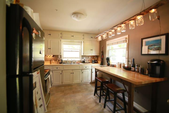 Cozy Cottage Style 2-Bedroom Home Near Park - Cedar Rapids - Hus