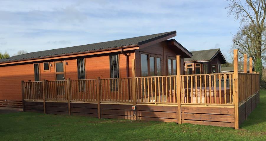 2 Bedroom Signature Lodge at Blossom Hill - Honiton - Chalé