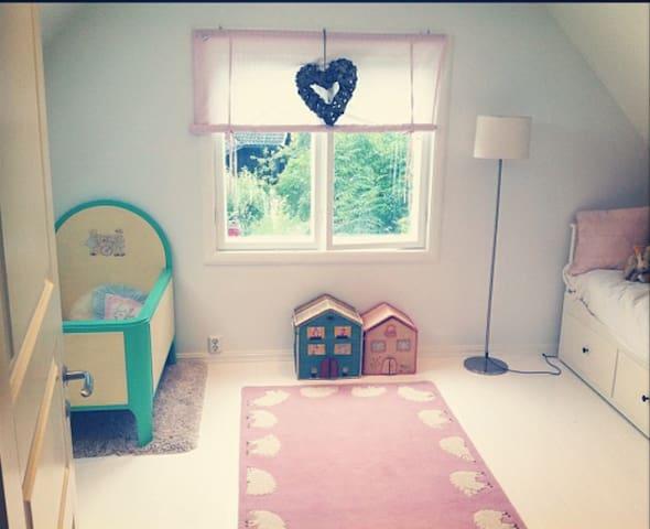 Cozy log house - beautiful sunny and lush garden - Asker - Rumah