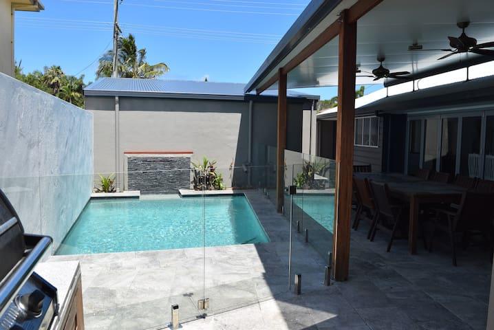 Luxurious Beachside Villa with Pool & Air Con - Bokarina - Casa