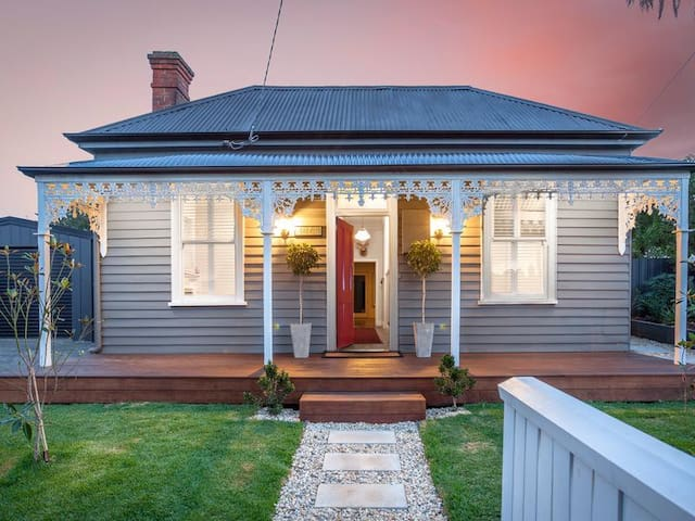 Central, double fronted character filled home - Ballarat East - Huis