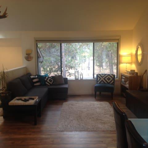Bright & Convenient Sunriver Home - Sunriver - Casa
