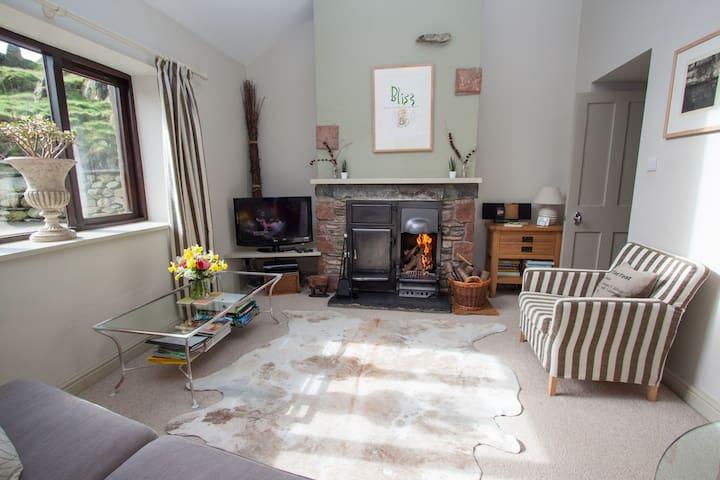 Contemporary yet cosy cottage for 2 - Ulverson - Apartamento