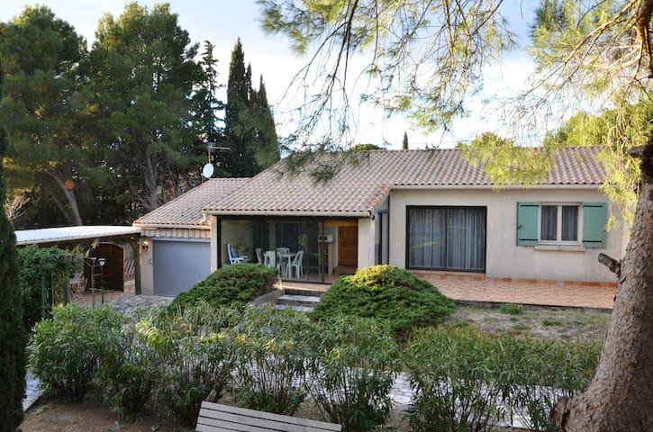 Villa entière, grand terrain avec piscine - Le Pouget - Casa