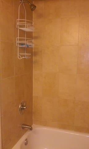Beautiful private room/bath - Elizabeth - Huoneisto
