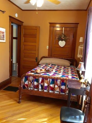 Cozy Room, Private Bath Near Train - Elburn - Дом