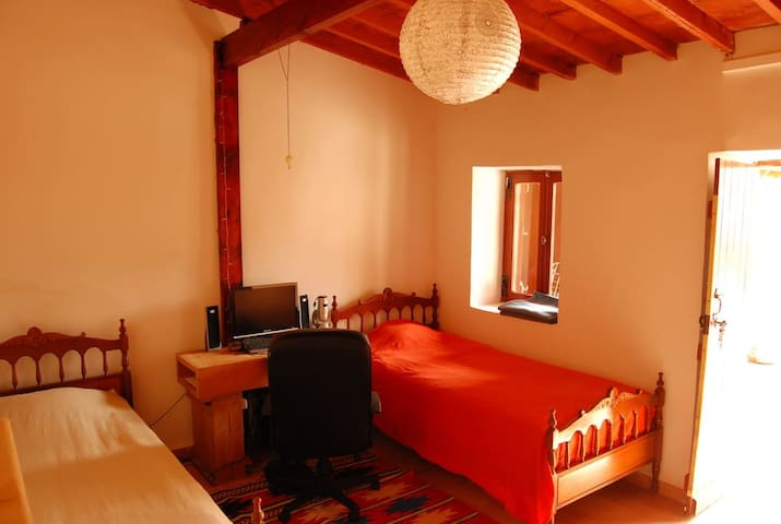 Bedroom with 2 beds in village house near sea - Agios Tychon - Huis