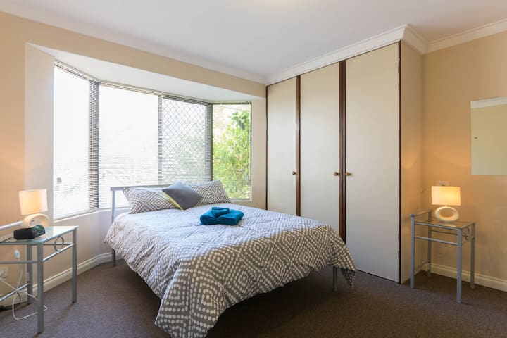 Close to city and transport - East Victoria Park - Huis