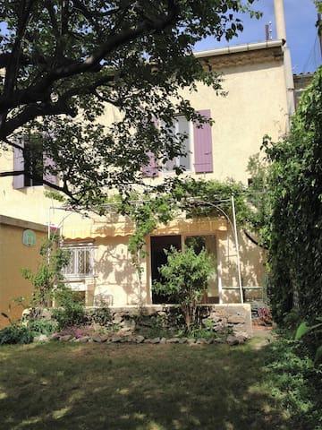 Chambre ensoleillée sur jardin, proche d'Avignon - Sorgues - Gästhus