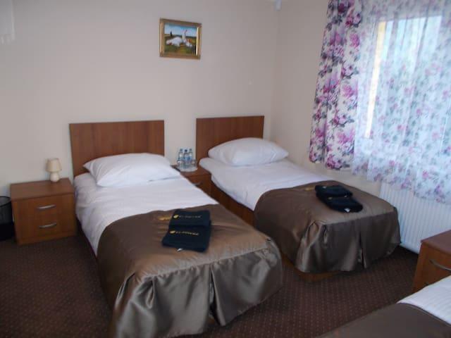 Pokój 3 osobowy - 3 Łóżka pojedyńcze 90x200 Balkon - Grodzisk Mazowiecki - Vila
