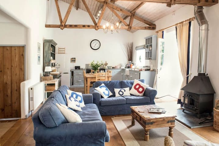Superb detached Grade II listed barn conversion with hot tub & FREE membership to nearby Leisure Club - Near Sidmouth - Maison