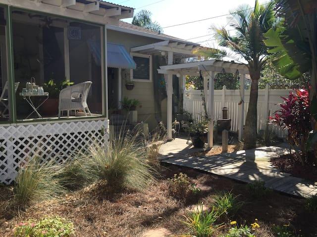 Charming Studio Close to Downtown - Tarpon Springs
