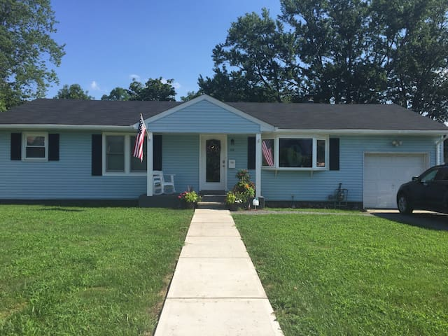 Updated ranch 3 blocks from the beach! - Long Branch - Hus