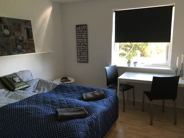 Lovely room close to beach and center of Aarhus. - Egå - Вилла