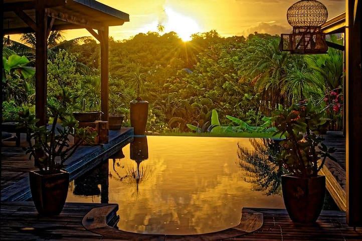 bungalow piscine détente confort - Ducos - Bed & Breakfast