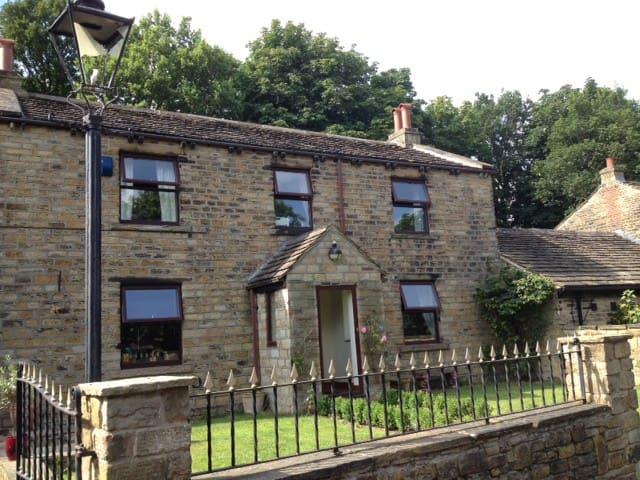 Historic, rural retreat centre. - Mirfield - Huis