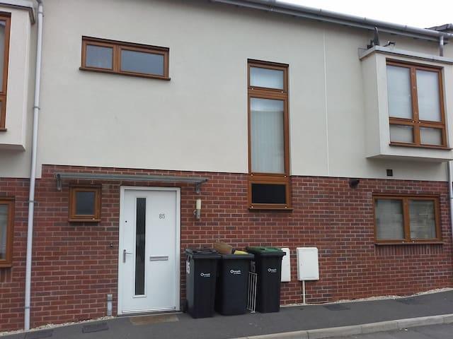Modern double room with en suite. - Chippenham
