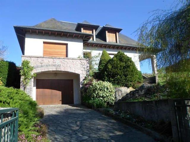 belle maison sur les hauteurs d'Ussel - Ussel - Huis