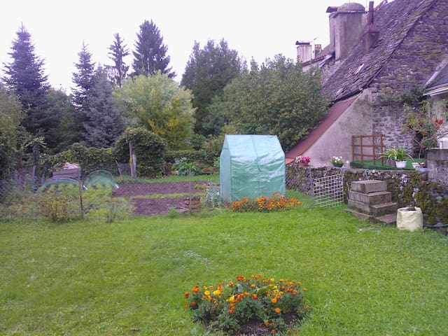 Vaste studio lumineux & jardin au centre de Pleaux - Pleaux - Lägenhet