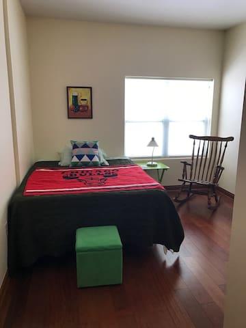 Quiet Room Near Miller Park - West Allis - Selveierleilighet