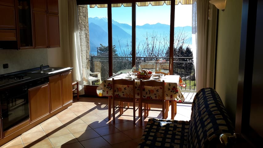 Surrounded by green hills with  lake Iseo view. - Solto Collina - Appartement