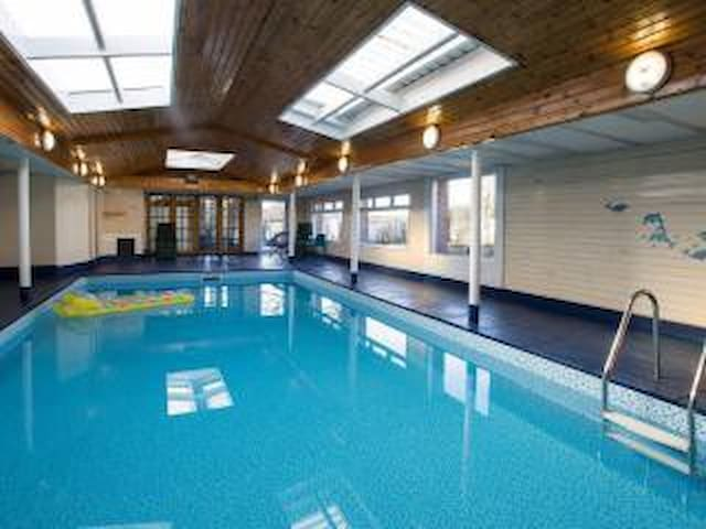 Country cabin, private pool and hot tub - Uplawmoor