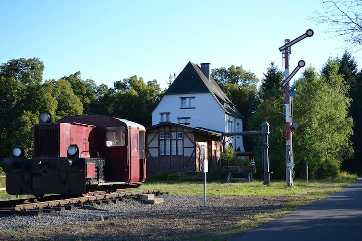 Urlaub im ehem. Bahnhof Schalkenmehren (bis 8P) - Schalkenmehren - Appartement