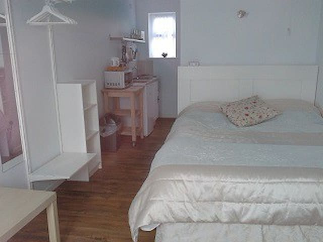 Comfortable self- contained studio. - St Neots - Bungalow