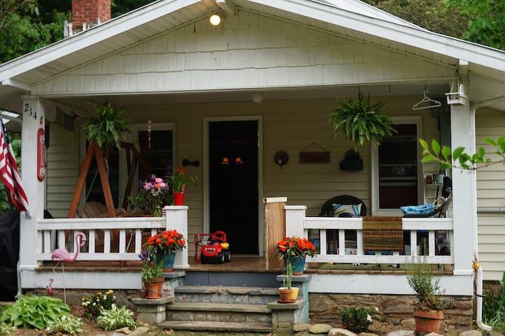 Charming 2BR/1BA Bungalow - Waynesville - Casa
