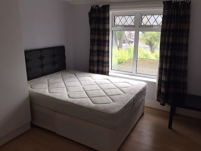 Double room 5min to Piccadily Line - Isleworth