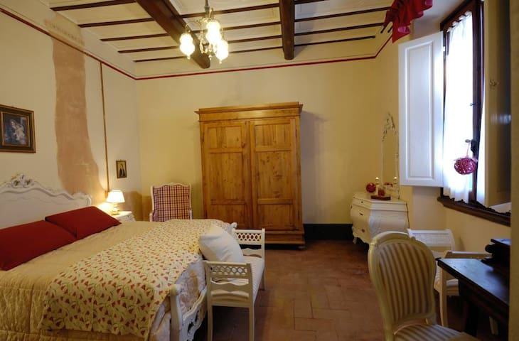 B&B Cimamori  in the hearth of Tuscany - Red Room - Поггибонси - Гестхаус