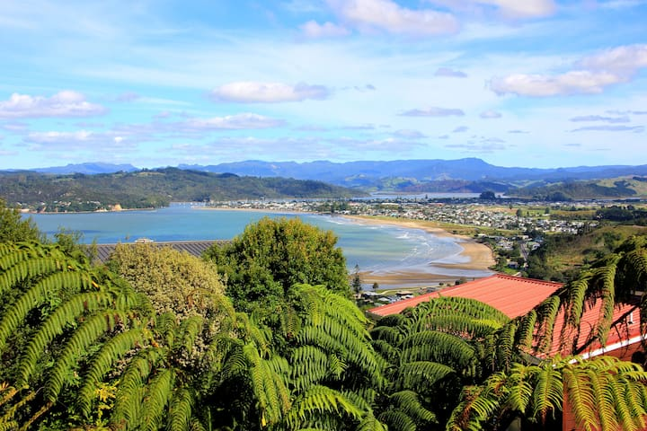 Little room up the top of a beautiful town - Whitianga - Hus