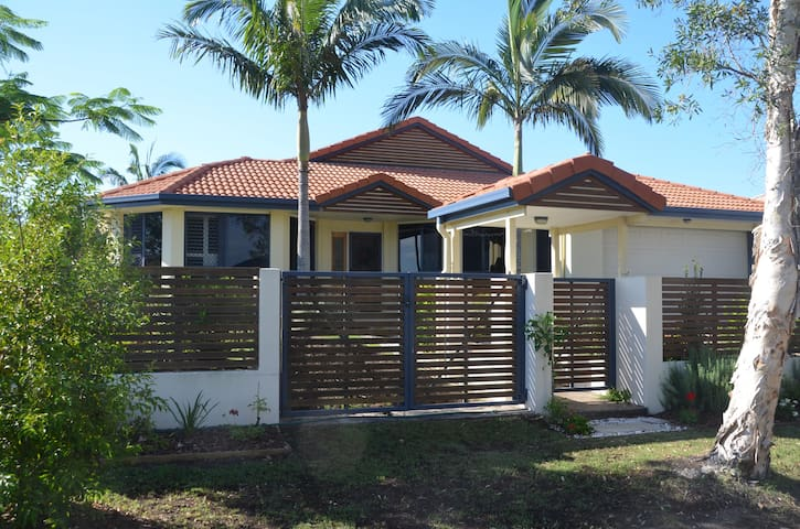 Large modern home in a quiet suburb - Pelican Waters - Casa