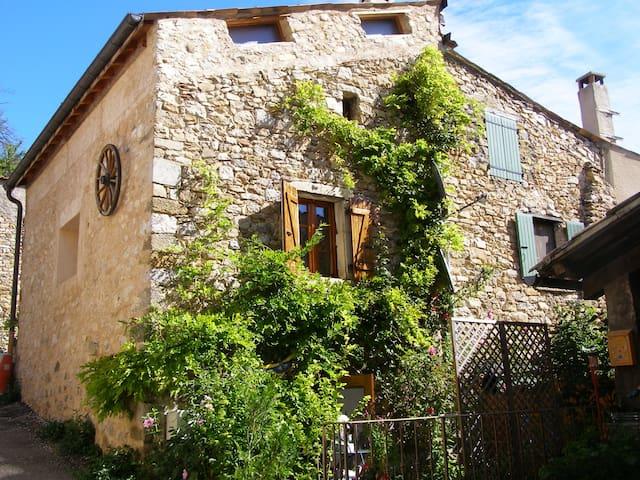 Le refuge : petite maison dans petit village - Chauvac-Laux-Montaux