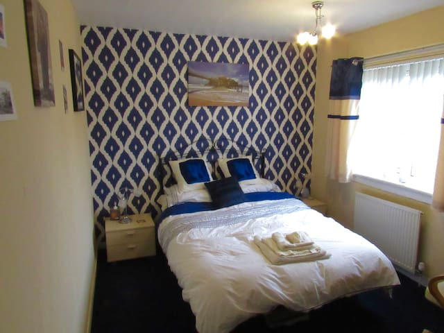 Cosy Room in Quiet Suburb w/ Wifi - Kilmarnock  - Casa