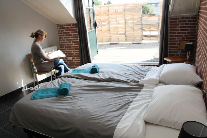 Heerlijke kamer met dakterras in bijzondere logie - Baarle-Hertog - B&B/民宿/ペンション