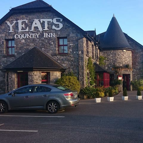 Yeats County Inn, Curry, Co. Sligo - Curry - Bed & Breakfast