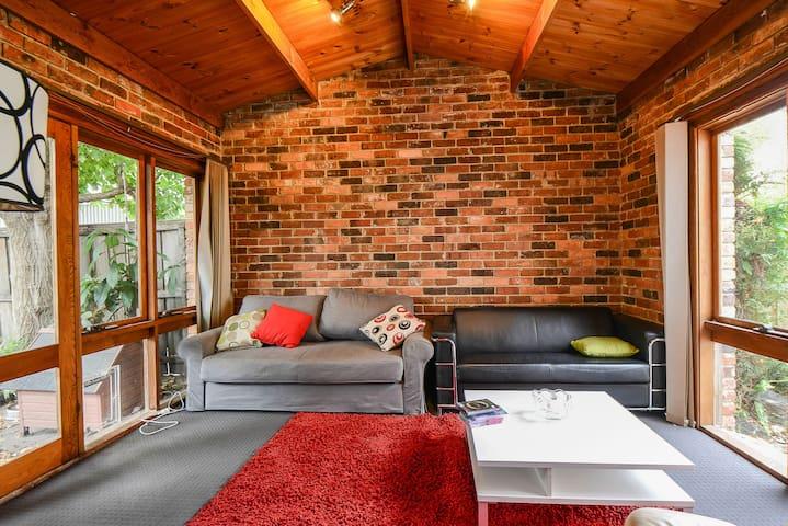 Three bedroom home, - Saint Kilda - Talo