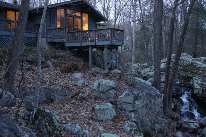 "Private wooded ""treehouse"" built over a waterfall - Weston - Casa"